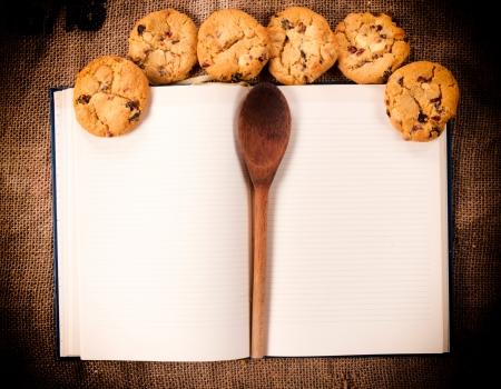 Leeg kookboek en zelfgemaakte zoete koekjes Stockfoto