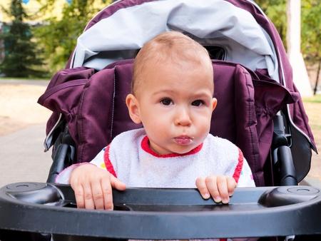smeared baby: Coma manchado muchacha bonita del beb� que come al aire libre Foto de archivo