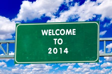 Welkom in 2014 op het bord met hemel op achtergrond