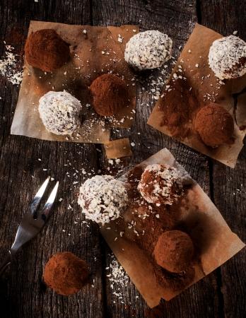 Witte en donkere chocolade pralines van boven
