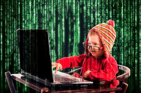Weinig kind typen op de keyboard.Selective focus op het kind