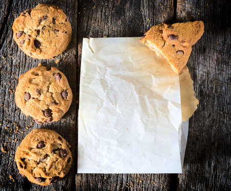 chocolate chip cookie: Chip cookies and blank wrinkled paper on the wooden table,from above