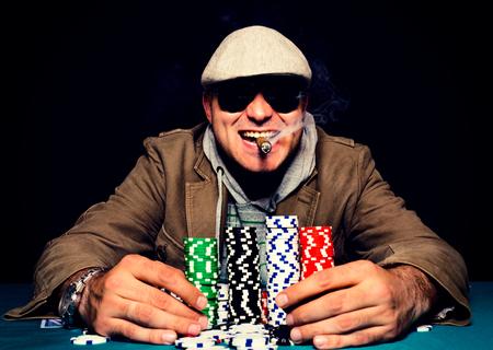 cigarro: Cara de poker feliz en el foco man.selective en la cabeza del hombre Foto de archivo