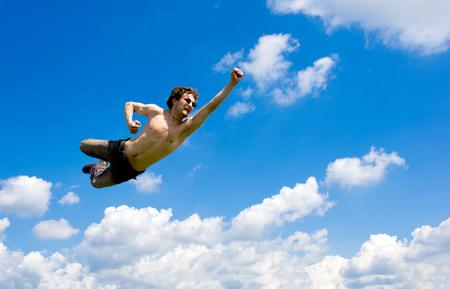 caida libre: Un hombre que vuela entre idílicas nubes