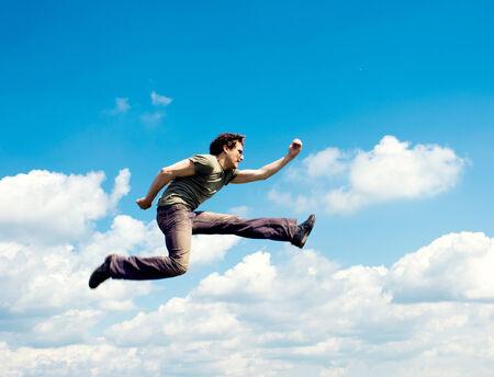 caida libre: Movimiento enmascarado de volar hombre sobre el celaje Foto de archivo