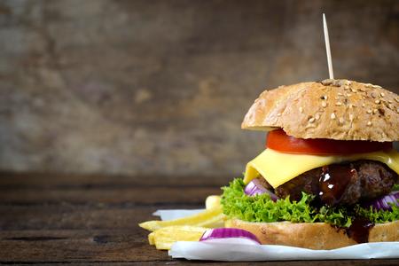 HAMBURGESA: Cheesburger jugosa en el fondo de madera