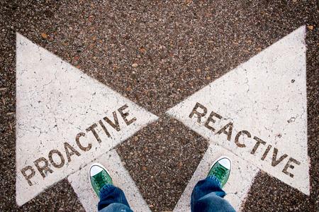 Proactief en reactief dilemma concept met man benen van boven staande op de borden