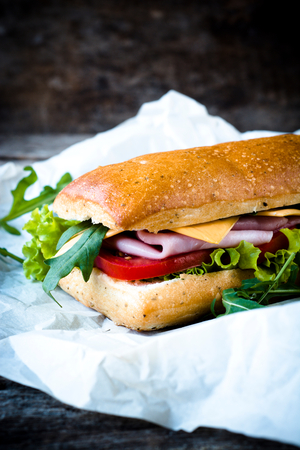 comida gourmet: Popular s�ndwich panini italiana con jam�n, enfoque selectivo