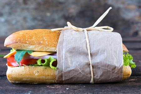 panino: Individual italiano panini s�ndwich en el fondo de madera, enfoque selectivo