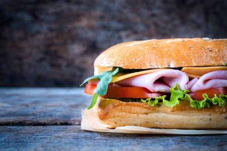 panino: Tradicional s�ndwich panini Itaian en el fondo de madera con espacio en blanco en el lado izquierdo, el enfoque selectivo