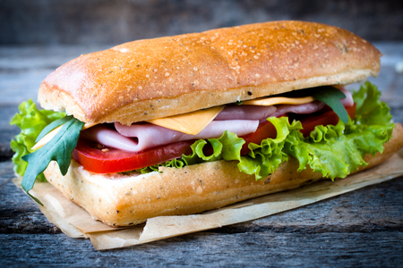 人気のあるイタリアのパニーニ木製の背景、選択と集中にハムのサンドイッチします。