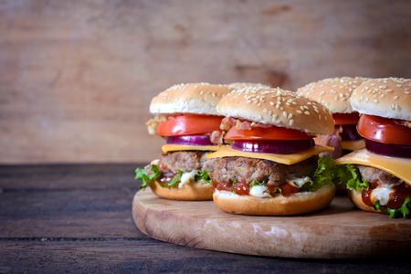 hamburguesa: Hamburguesas de carne jugosas en el fondo de madera y el espacio en blanco en el lado izquierdo