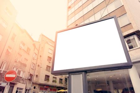 Blank billboard de ville avec des bâtiments en arrière-plan, mise au point sélective