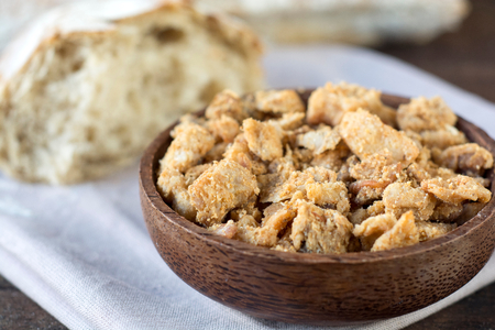 chicharrones: Chicharrones serbias tradicionales en un taz�n y pan de madera, enfoque selectivo Foto de archivo