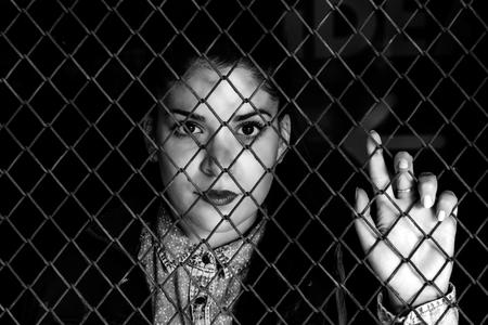 金属線、黒と白の技術と選択と集中の背後にある Loceked 女性
