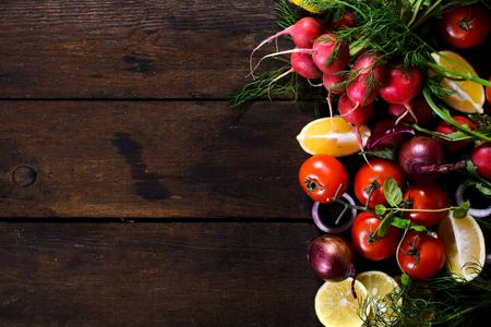 verduras: Gran grupo de hortalizas y frutas en el fondo de madera con espacio en blanco