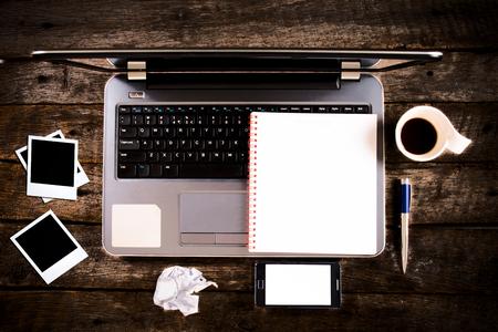 papeles oficina: Ordenador port�til desde arriba con el tel�fono celular en blanco y papel