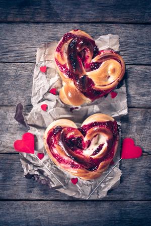 cereza: Pasteles en forma de coraz�n relleno con mermelada de cereza en el fondo de madera