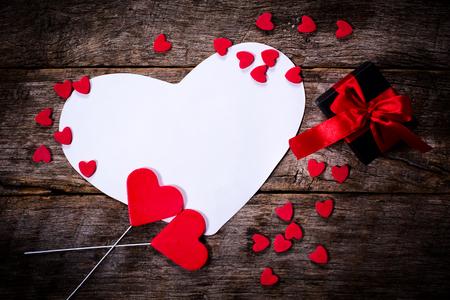 Lege Valentijnsdag kaart met hartjes en geschenkdoos Stockfoto