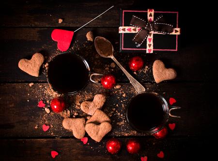 saint valentin coeur: Chocolat chaud et des biscuits sur fond de bois, concept de valentine Banque d'images