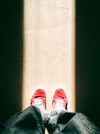 piernas hombre: Piernas del hombre de arriba de pie en el camino de luz
