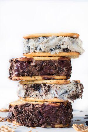 helado de chocolate: Pila de s�ndwiches de helado sobre fondo blanco