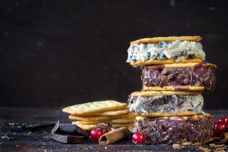 guilty pleasure: Stracciatella y helado de chocolate s�ndwiches cremas sobre fondo de madera con espacio en blanco
