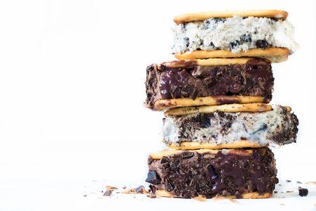 guilty pleasure: Stracciatella y helado de chocolate cremas batween galletas en el fondo blanco con el espacio en blanco Foto de archivo