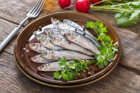 freisteller: Small fishes called smelt in the plate,selective focus  on front part