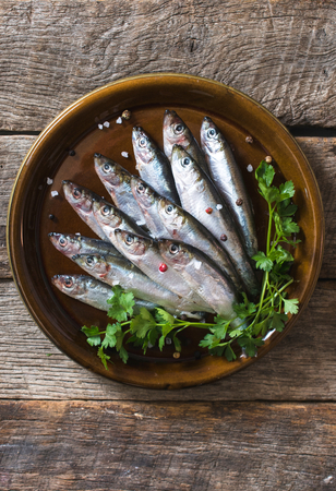 freisteller: Smelts fish in the plate on wooden background