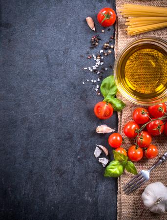 pizarra: Cocinar los ingredientes a bordo oscuro en blanco Foto de archivo