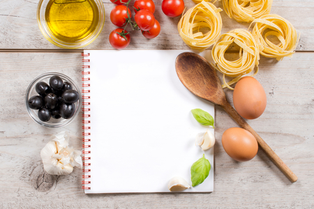 papier vierge: Cooking concept avec des tagliatelles et ingrediants avec du papier blanc dans le milieu du dessus Banque d'images