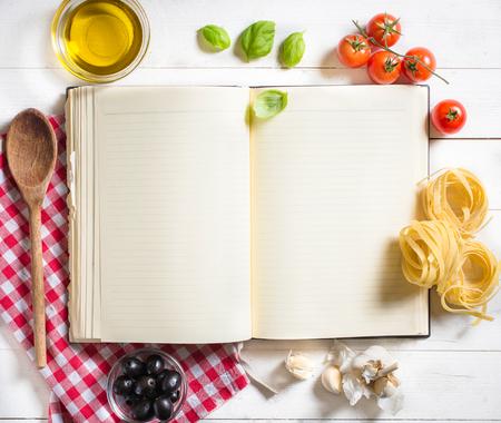 Blanco recept kookboek en ingrediënten op witte tafel, selectieve aandacht en hoger Stockfoto