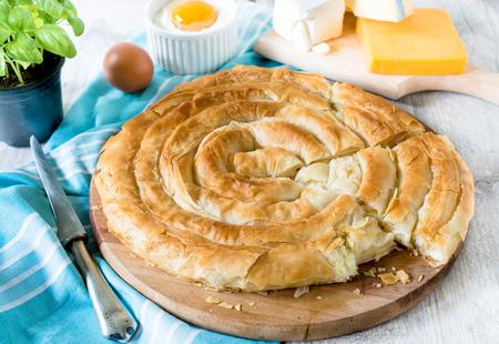 木製の背景、選択と集中の上から全体に自家製焼き伝統的なギリシャのチーズ パイ