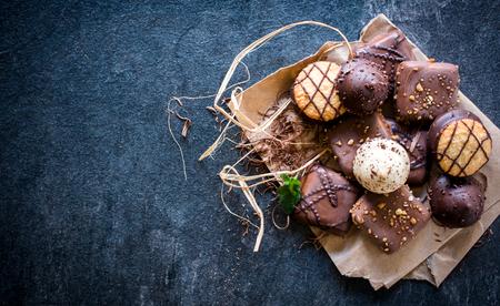 暗い背景、選択と集中、空白上からチョコレート ビスケットの詰め合わせ