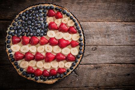 甘いフルーツとバニラがトップ、選択的なフォーカスおよび空白のアメリカ国旗とパイします。 写真素材