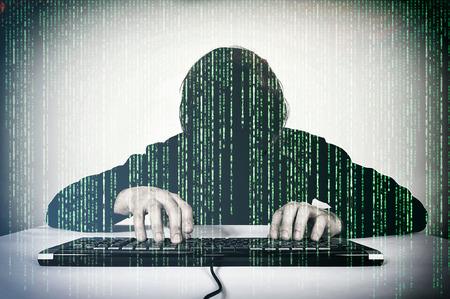 password: Hacker escribiendo en el teclado y burlándose Foto de archivo