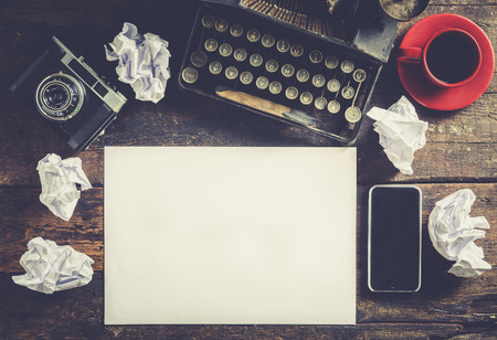 Old typewriter with blank paper, ready for jounalist action, a concept Foto de archivo