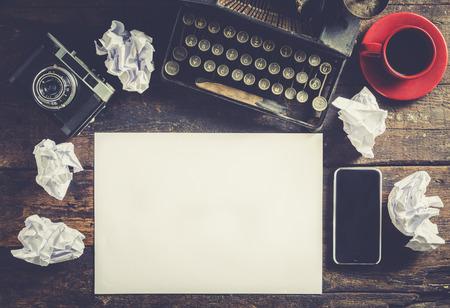 napsat: Starý psací stroj s prázdný papír, připraven k jounalist akci, koncept
