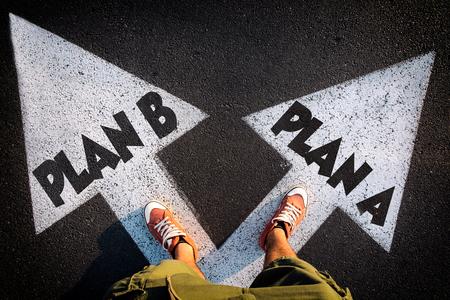 Plan A en Plan B dilemma concept met man benen van boven staande op de borden