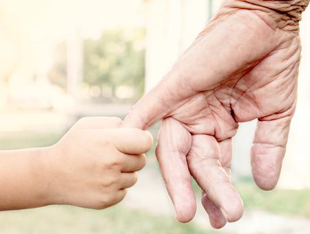 Jong kind dat haar grootouder voor de hand, selectieve aandacht