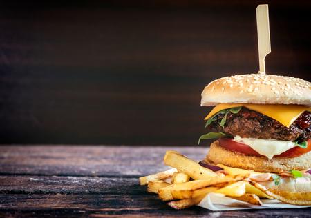 hamburguesa: Pescado y carne hamburguesas con patatas fritas, enfoque selectivo y espacio en blanco