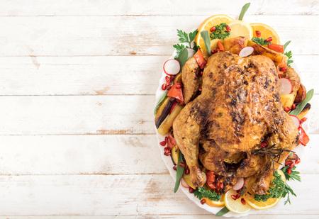 aves de corral: Pavo asado rústico y rellenos de oro con verduras, espacio en blanco