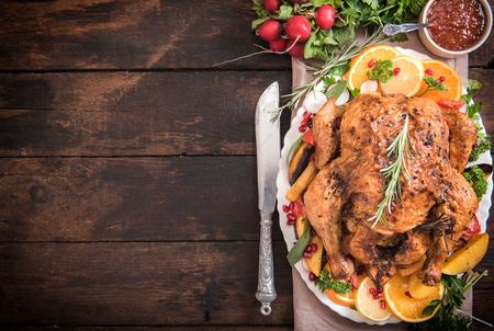 raum: Serviert Split gerösteten gefüllte kleine Truthahn und Gemüse, von oben und Leerzeichen Lizenzfreie Bilder