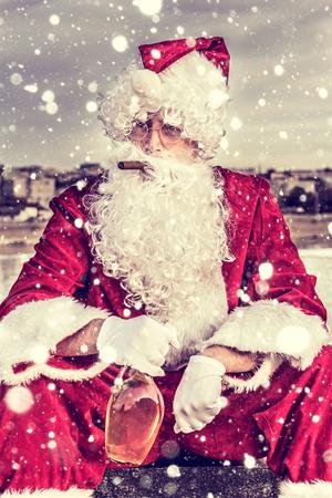 santa claus: Triste Santa Claus con el cigarro y botella de brandy