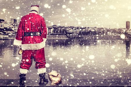 papa noel: Rude y bebido pis de Papá Noel en el río Foto de archivo