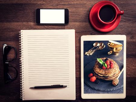 そば粉のパンケーキの写真とレシピの食品のブログのコンセプト