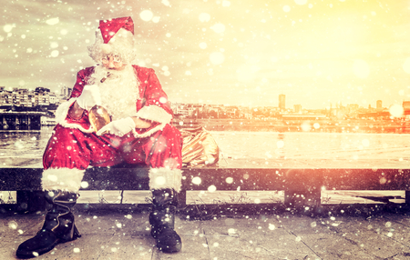 ebrio: Triste y borracho Pap� Noel con el cigarro y una botella de aguardiente al aire libre