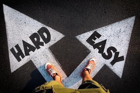 sheoes rouges de dessus sur les flèches blanches pour des signes dure et facile, les dilemmes notion Banque d'images