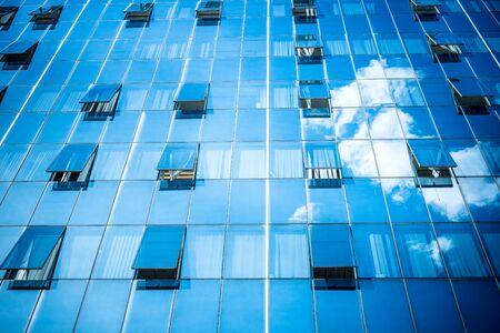 ventanas abiertas: Edificio con las ventanas abiertas y las nubes de la reflexi�n
